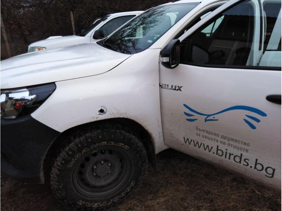 следите, които куршумът е оставил по автомобила на Българското дружество за защита на птиците