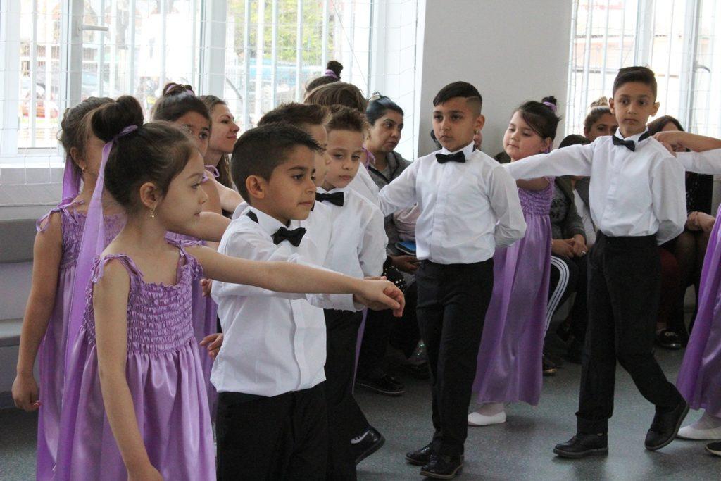 Деца от Столипиново танцуват валс