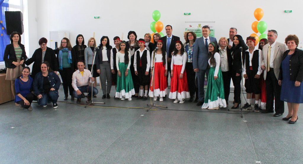 Обща снимка на децата и гостите в Столипиново