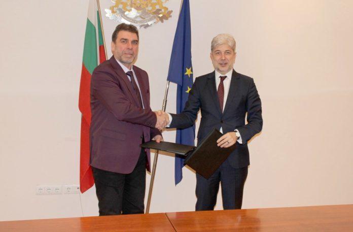 """Шефът на """"ВиК"""" ЕООД - Смолян Мариян Николов и министърът на околната среда и водите Нено Димов след подписването договора за финансиране на първия воден проект по Оперативна програма """"Околна среда"""""""