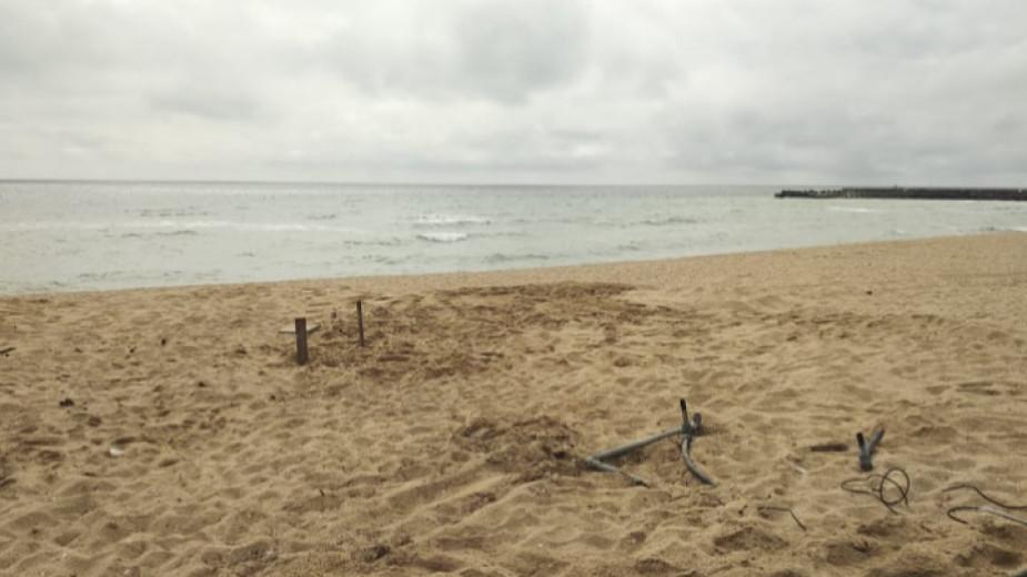 стърчащите от пясъка кабели